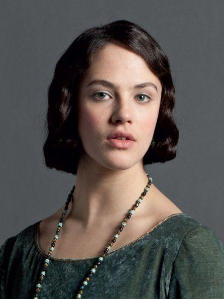 """Le décès de la plus jeune des filles Crawley en a supris plus d'un au cours d'une saison 3 de """"Downton Abbey"""" qui s'annonçait plan plan. Que nenni, la Lady meurt en couche d'une septicémie par la faute d'un médecin à l'égo démesuré qui aura les faveurs de Robert Crawley en lieu et place du médecin de famille. L'enfant est sauvée mais Sybil s'éteint lors d'une scène qui retourne l'estomac. Les réactions des nobles et des domestiques de la maison sont tout autant crêve coeur ! - © ITV1"""