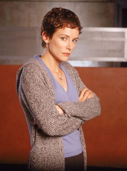 Teri Bauer (Leslie Hope) ou la VDM par excellence ! Il faut dire que quand on est la femme de Jack Bauer, LE sauveur de l'humanité qui tient 24h sans pisser et fraye avec les terroristes, il y a de quoi s'inquiéter et prendre cher. Avant d'être assassinée par Nina Meyers, ex maîtresse de son mari, Teri passe une journée toute pourrie, kidnappée, violée à la place de sa fille et se découvrant finalement enceinte ! VDM, on vous dit ! - © FOX