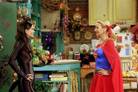 "Catwoman vs Supergirl dans ""Friends"" - © NBC"