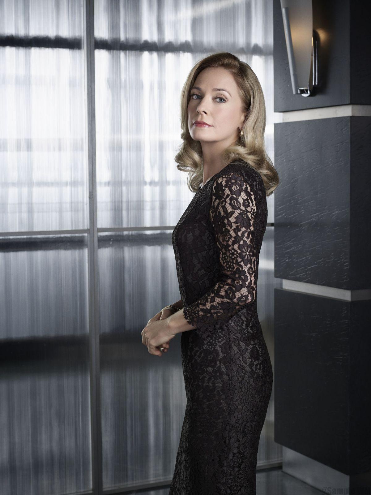 """Moira Queen, plus veuve noire que jamais dans """"Arrow"""" - © CW"""