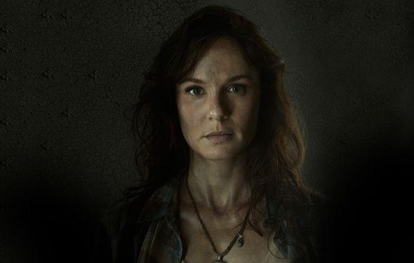 """Il y a des personnages que l'on n'aime pas de leur vivant mais dont la mort bouleverse. Dont acte avec Lori Grimes (Sarah Wayne Callis) de """"The Walking Dead"""". Femme du héros, irritante voire tête à claque, elle meurt pendant son accouchement, enfermée dans une cellule de la prison où a lieu une attaque zombie. Aidée de Maggie, elle sait parfaitement que son heure est venue et demande à la jeune femme de sauver son bébé à défaut de la sauver, elle. Elle décède à quelques pas de son fils de 12 ans, Carl qui lui loge une balle dans la tête pour éviter qu'elle ne se transforme. Comble de l'horreur, on découvrira après coup qu'un zombie a fait d'elle son repas ! Apparemment, même les scénaristes ne l'aimaient pas pour lui réserver un tel sort ! - © AMC"""