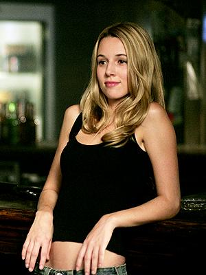 """Il n'y a pas beaucoup de femmes dans """"Supernatural"""" et Jo Harvelle (Alona Tal) fut l'une des rares à compter vraiment et à durer. Enfin ça, c'était avant de se sacrifier pour les frères Winchester en s'enfermant avec sa mère et les chiens de l'Enfer (ce n'est pas une métaphore !) dans un drugstore et de faire sauter une bombe en toute conscience. Merci pour tout, Miss ! - © CW"""