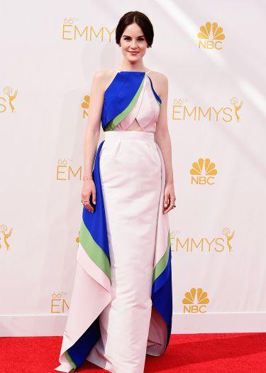 Michelle Dockery refait son appart et hésite sur les échantillons de papier peint d'où la robe ! - © Getty