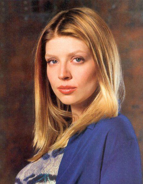 """Oh Tara ! Oui, décidément, les mortes dans """"Buffy"""" laissent des traces indélébiles dans notre petit coeur de sériephile. Là encore, la mort de Tara (Amber Benson) n'aura rien de surnaturel. Elle est la cause d'une affreuse balle perdue. Après avoir tiré sur Buffy dans le jardin, Warren tire un coup à l'aveugle qui atteint Tara à l'étage de la maison alors qu'elle savourait ses retrouvailles avec Willow. L'image est choc : la tâche rouge qui s'agrandit, le sang qui imprègne le visage de Willow et Dark Willow qui ne tarde pas à faire son apparition. Un must see ! - © WB"""