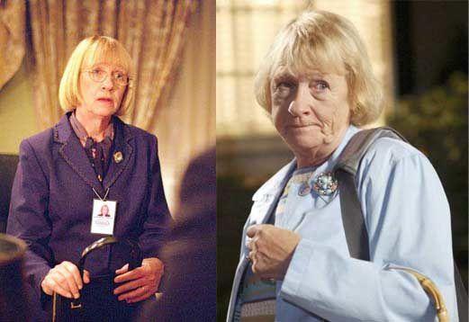 """Certes, Mrs Landingham, la secretaire du Président des Etats-Unis, Jed Bartlet dans """"The West Wing"""" et Karen McCluskey, la voisine râleuse au grand coeur de """"Desperate Housewives"""" sont deux personnages tout à fait différents. Mais voilà, ils furent interprétés par la même comédienne Kathryn Joosten, elle aussi désormais décédée. Une disparition qui fait bizarrement écho à ses deux rôles. Dans """"The West Wing"""", sa mort (accident de voiture) n'a pas lieu à l'écran et en tire d'ailleurs toute sa force avec un enterrement et un discours du Président à fendre l'âme. Dans """"Desperate Housewives"""", elle meurt d'un cancer dans le final de la série. Se sachant condamnée, elle s'accuse d'un meurtre qu'elle n'a pas commis pour sauver ses voisines. La grande classe jusqu'à la fin. Hasard de la vie, la comédienne mourrait de la même maladie 20 jours après la diffusion de l'épisode ! - © ABC"""