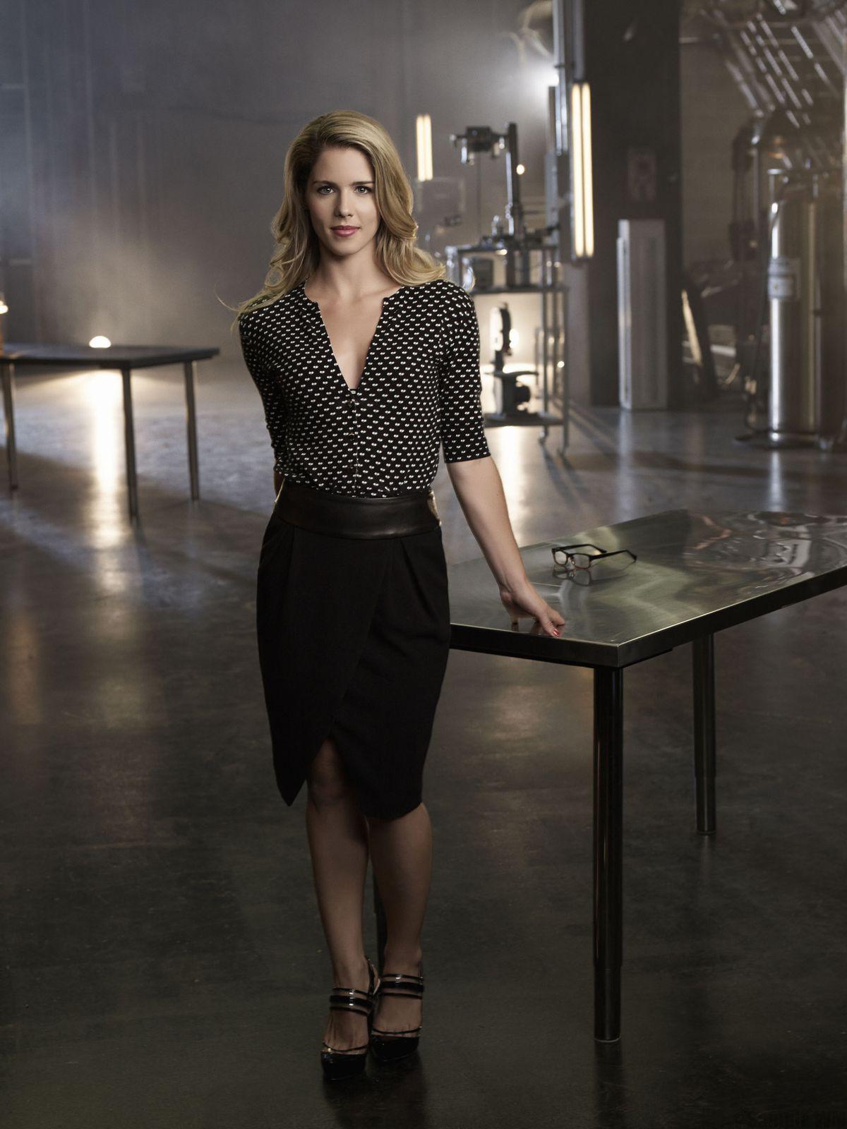 """Moins geek, plus sexy, Felicity Smoak conserve l'atout lunettes dans """"Arrow"""" - © CW"""