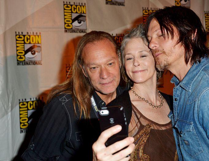 L'excellente Melissa McBride (The Walking Dead) en plein selfie - © Getty