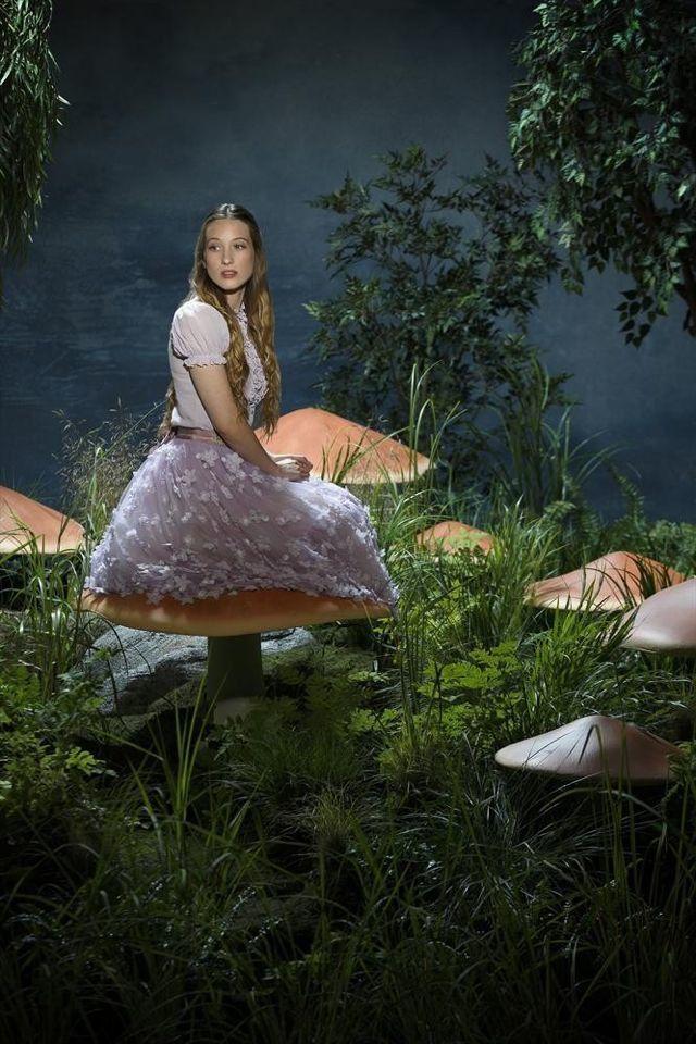 """Alice (Sophie Lowe) est l'héroïne perturbée de """"Once upon a Time in Wonderland"""". Elle a un pied dans ce monde magique et l'autre... dans un hôpital psychiatrique ! Surprise, surprise - © ABC"""